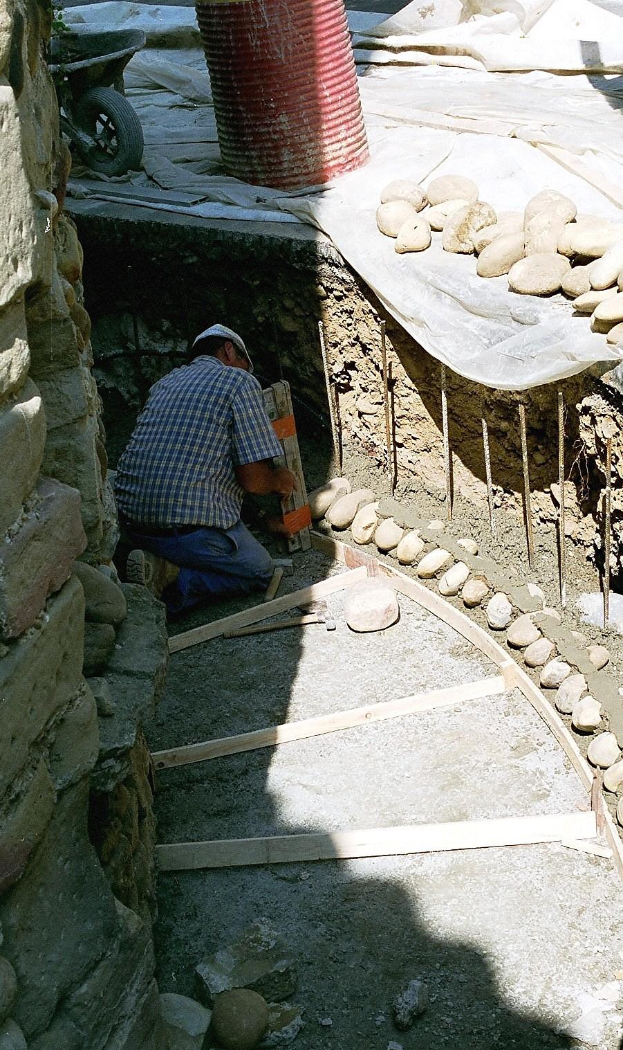 Fig. 7 - Saint-Sorlin-en-Valloire (26) Construction d'un muret de soutènement en galets  © J. Tardieu