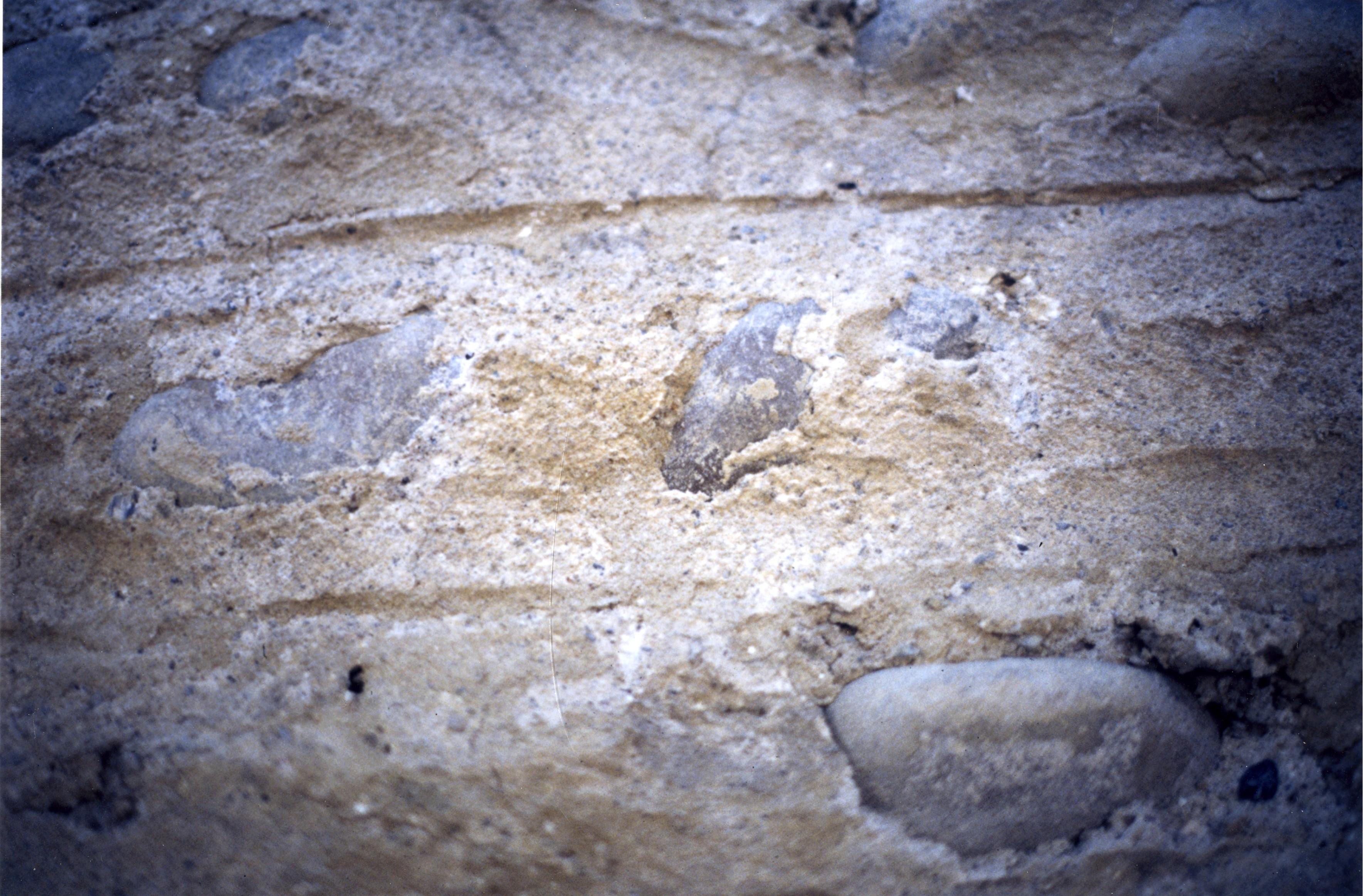 Saint-Paul-de-Varax (01) – enduit à «pierres vues» © J. Tardieu