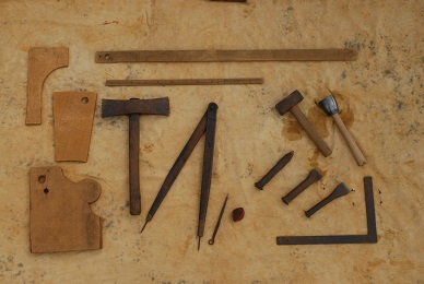 Les tailleurs de pierre : Un éventail d'outil pour le grès et pour le calcaire